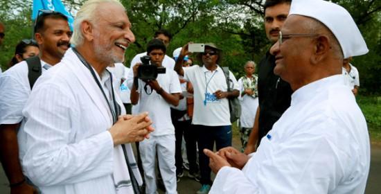 Two-great-souls-meet,-Sir-meets-Padmabhushan-Anna-Hazare,-Ralegansiddhi