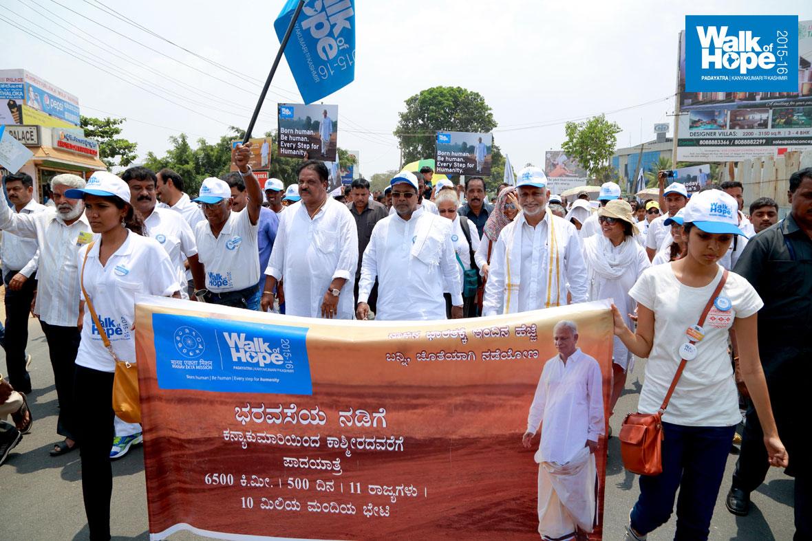 Karnataka-CM-Siddaramaiah-at-the-Walk-of-Hope-2015-16-3
